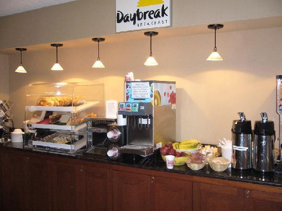 Days Inn & Suites Traverse City: Daybreak breakfast fare