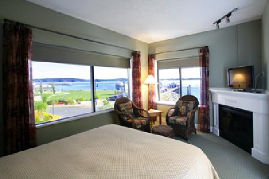 Sidney Waterfront Inn &amp; Suites: View from Cannery Suite separate bedroom