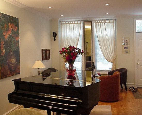 A Suite Dreams Toronto B&B: Grand Piano in the Foyer