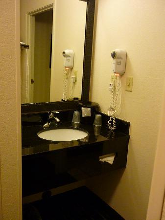 Fairfield Inn Las Cruces: Small vanity unit