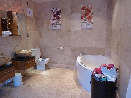 The Fairfax Arms: Bathroom with jacuzzi bath