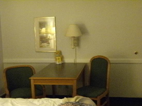 La Quinta Inn Lufkin: Desk area - lamp didn't work