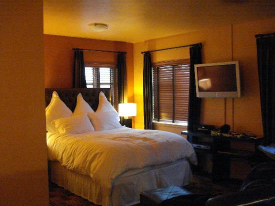 Inn at El Gaucho: Cool color scheme!  Wonderful bed!