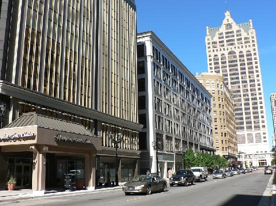 Hampton Inn &amp; Suites Milwaukee Downtown: Exterior with main entrance