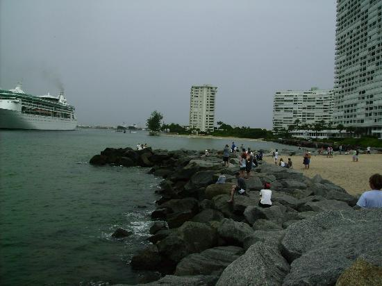 Fort Lauderdale, FL: Cruise Ships leave the harbor. Fun place on the beach to wave as they come by.