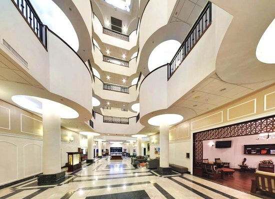 Wyndham Garden Hotel Baronne Plaza: Spacious Lobby