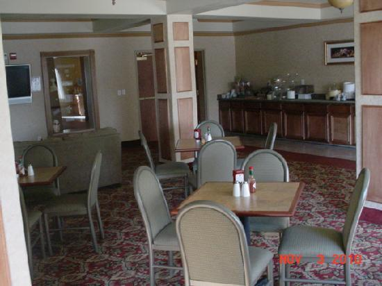Quality Inn &amp; Suites: Breakfast Area