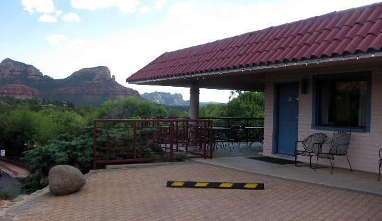 Sedona Motel: patio area