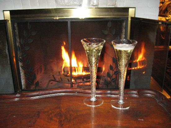 Alexander Hamilton House: Champagne by the fireplace :)