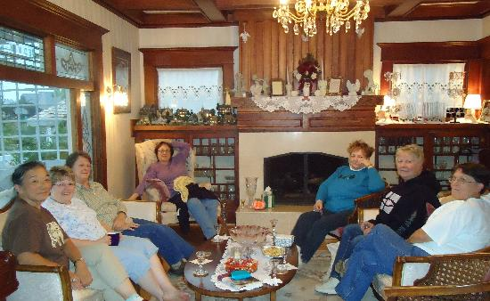 Edwin K Bed and Breakfast : The group relaxed in the living room after a blustery walk along the Jetty