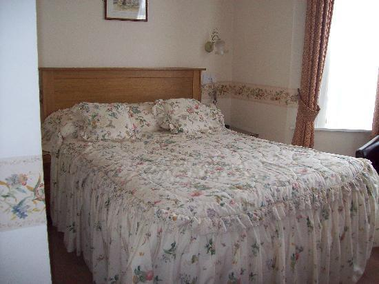 Radnor Guest House: bed and bay window
