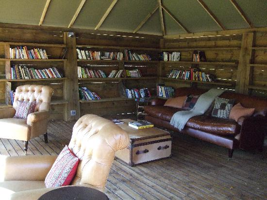 Summerfields Rose Retreat & Spa: library and outside living room