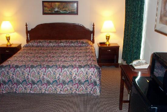 Country Squire Motor Inn: Deluxe Room