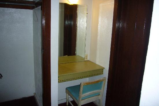Cottonwood Court Motel: Dressing room and closet door on right opens into the bathroom