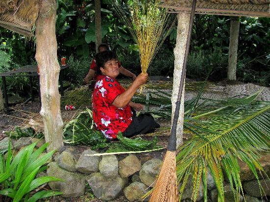 Pago Pago, Amerikaans Samoa: Coconut Palm Frond Weaver