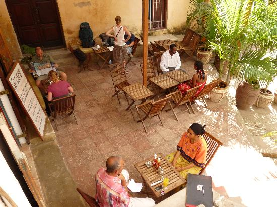 Stone Town Cafe and Bed & Breakfast: Enjoy the hot summer days with a snack or drink in the shadowy and cool outside area