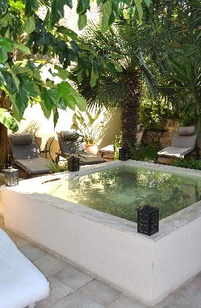 Spirit of the Knights Boutique Hotel: The relaxing courtyard.