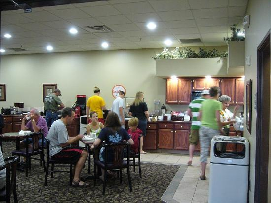 Howard Johnson Inn & Suites: Breakfast room