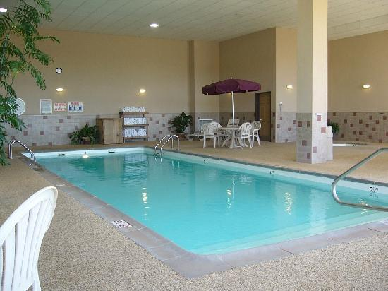 Howard Johnson Inn & Suites: Indoor pool