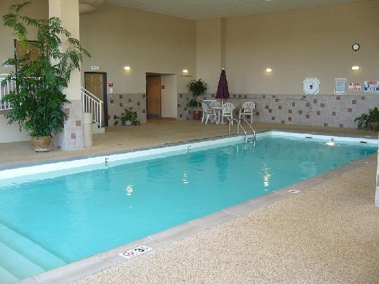Howard Johnson Inn & Suites: Another view of the pool
