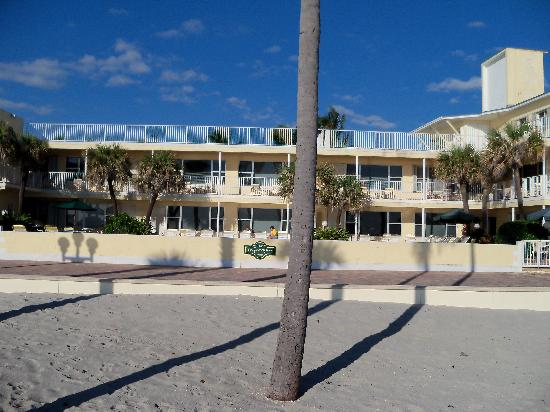 Tide Vacation Apartments: View of the Tide Apts. from the beach