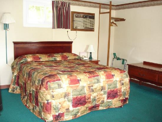 Milford Motel: One of our Queen Beds.