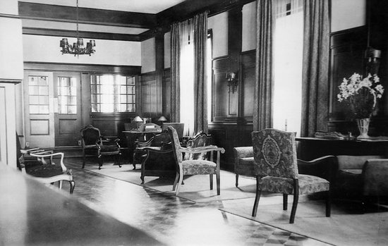 Historic Cary House Hotel: Lobby with historic piano,radio,and rich wood detail