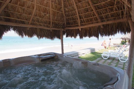 Villas El Rancho Green Resort: jacuzzi con palapa