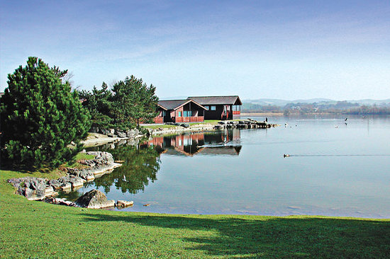 Carnforth, UK: The lake at Pine Lake Resort