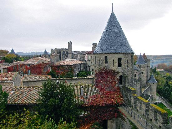 Pieusse, Francia: View of the chateau courtyard Carcassonne.