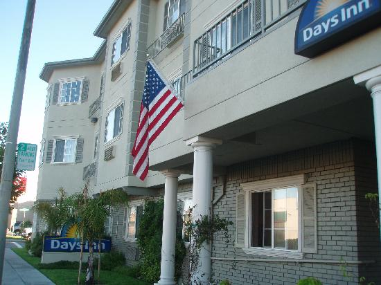 Days Inn San Bruno: Calle