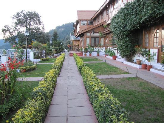 Grand View Hotel: Walkway to the rooms