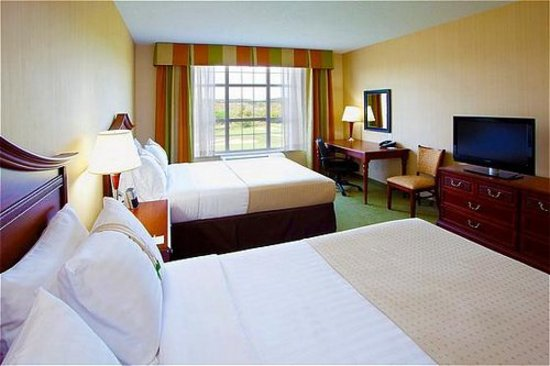 "Holiday Inn & Suites Front Royal Blue Ridge Shadows: Room with Two Queen Beds and Oversized Desk and 32"" Flatscreen TV"