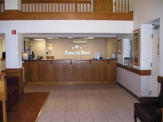 AmericInn Hotel & Suites Apple Valley: Front Desk
