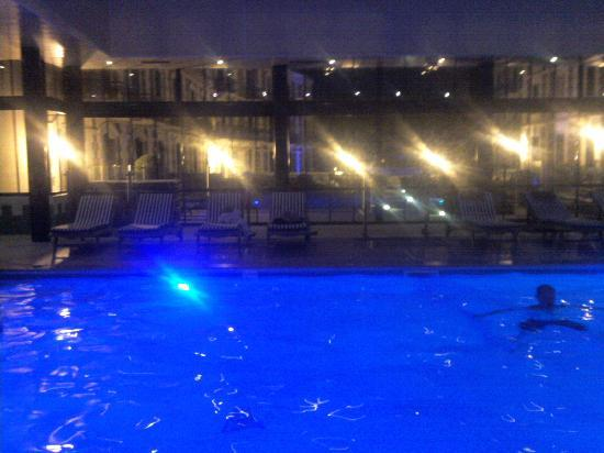 Grand Hotel Barriere: La piscine sous verriere le soir