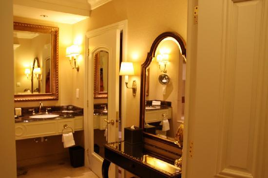 Royal suite room picture of the venetian macao resort for Venetian hotel bathroom photos