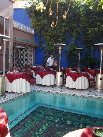 Tables a l 39 exterieur picture of dar moha marrakech for Table exterieur joli