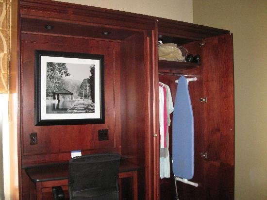 Hampton Inn Beckley: desk area with clothing closet - spacious