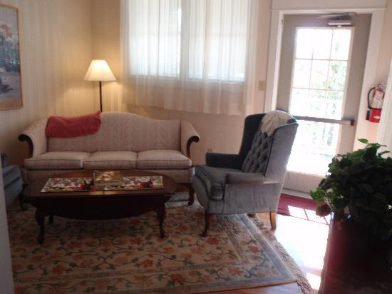 The Gaslight Inn Bed and Breakfast: Sitting area outside of the Violet and Clover Rooms. Door to outside balcony