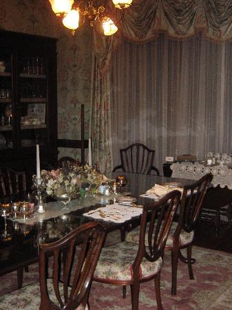 Wright Inn and Carriage House: The charming breakfast room