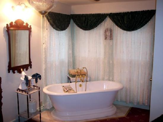 Angel's Watch Inn Bed and Breakfast: Two person pedestal soaking tubs