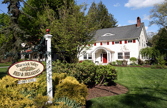 Warwick Valley Bed and Breakfast: Springtime in the front of the home.
