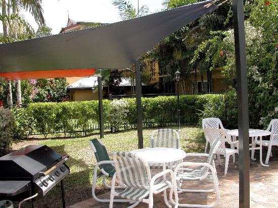 Cairns Queenslander Hotel and Apartments: Pool Side Barbeque areas