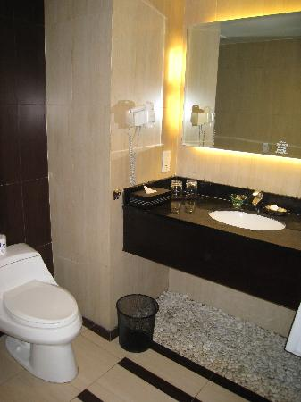 Aston Kuta Hotel & Residence: Bathroom