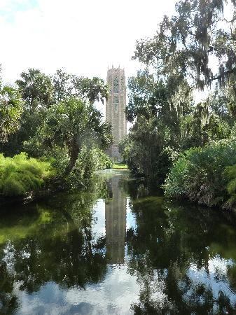 Lake Wales, FL: The tower and it's reflection in the pool