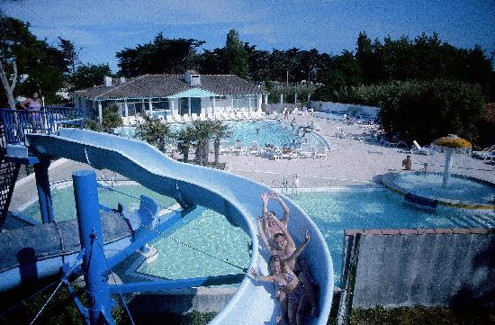 Piscine avec toboggan photo de camping les grenettes for Camping ile de re avec piscine