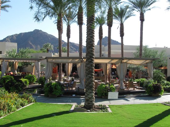 Scottsdale Camelback Resort: The restaurant/bar/lounge area