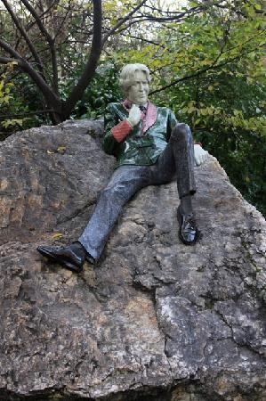 Andorra B&B: Statue of Oscar Wilde in a beautiful Dublin park near the National Library