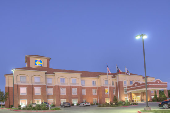 BEST WESTERN Plus Duncanville/Dallas: Our hotel is brightly lit for your convenience.