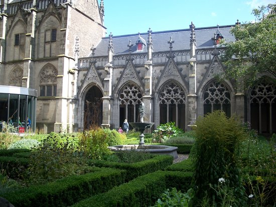 Utrecht, Nederländerna: The garden in the center of the church